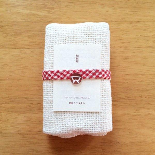 【和紡布】 和紡ミニタオル 手紡ぎオーガニックコットン 自然栽培綿 1,296円●サイズ23×85cm(女性・男性用)●素材綿100%(自然栽培綿・手つむぎ糸使用)●タイプ生成 白 無地●商品説明「 小回りの利く、女性向けサイズ 」健康タオルのミニサイズとして誕生したタオルです。和紡布は吸水性がよいため、健康タオルでは体を洗うのに少し重いとの女性の方の声がありました。そこで一回り小さく、手ぬぐいくらいの大きさのミニタオルが生まれました。よく濡らして、やさしくこするのがポイントです。もちろん男性の方でも、体洗いとしてお使いいただくには十分なサイズです。●通販サイト ホトホト和紡ミニタオル 白 無地 レディース メンズはホトホトへ!女性特有の悩みを改善!オーガニック関連タオルや腹巻パンツ、布ナプキン、ワンピースをご紹介!他にもベビー用お口拭きタオルやマタニティウェア、出産祝い、婦人・紳士向けの暖か商品をご紹介しております。