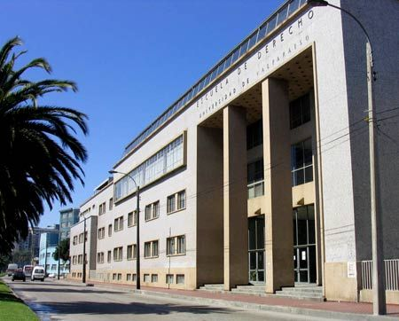 Frontis de la Escuela de Derecho de la Universidad de Valparaíso T.N