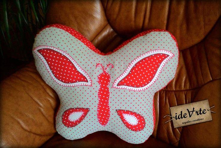 Decora la cama con este hermoso cojín en forma de mariposa.