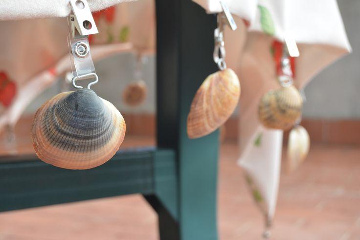 Sujeta manteles realizado con conchas marinas. Disfruta de una inolvidable velada en tu jardín o terraza, sin preocuparte por la brisa, gracias a estos originales sujeta manteles. https://www.bricoblog.eu/sujeta-manteles-con-conchas-marinas/ #Manualidades #Creatividad #Jardín #Reciclado