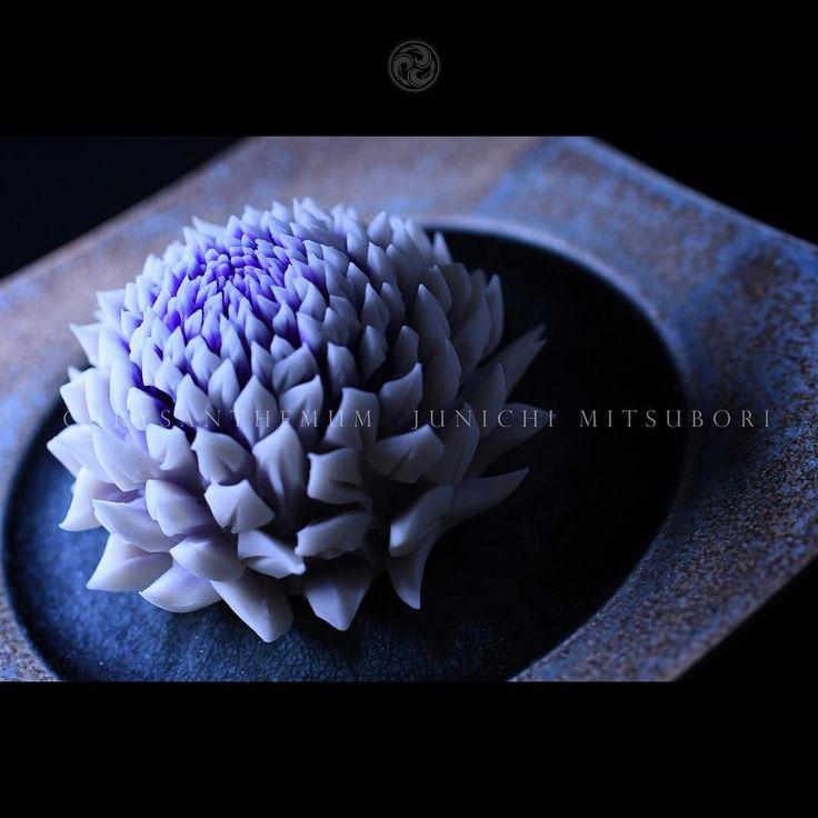 #一日一菓 #菓道 「 #針切り菊 」 #wagashi of the Day #chrysanthemum #煉切 製 #針切り 本日は「 #菊 」です。 一見、いつもと変わなく見えると思いますが、こちらの作品は三色使用しての #ボカシ...