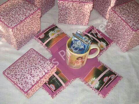 Caixa de chá com xícara.