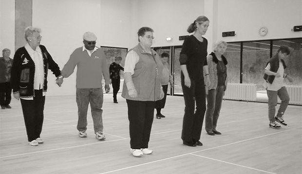 Amsterdam. Samen dansen. Country Line Dance is voor blinden en slechtzienden die van muziek en dansen houden en bovendien beschikken over een goede conditie. De begeleiding is in handen van een professionele bewegingsdocente die alle dansen heeft aangepast voor mensen met een visuele beperking.  Gedanst wordt er op woensdag om de week van 12:15 uur tot 13:30 uur. Aan de country line dance kunnen 8 blinden en slechtzienden deelnemen.