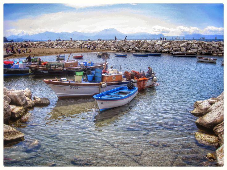 Mercatino del pesce a Via Caracciolo , Napoli, barche , spiaggia , porto