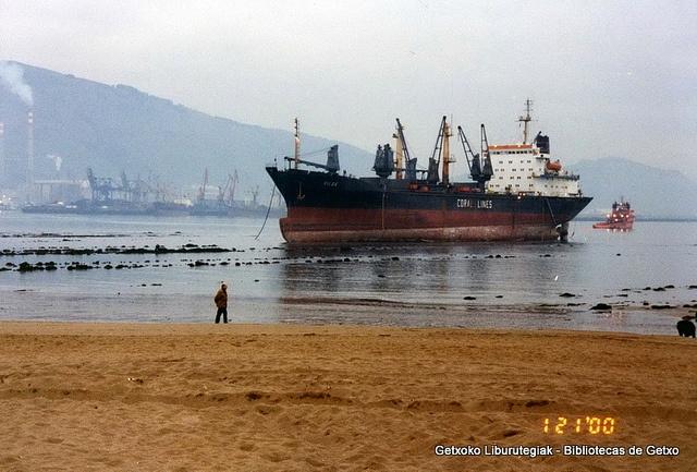 Rilos, embarrancado en la playa de Ereaga, diciembre de 1999 (Cedida por Santos Cajigas) (ref. 03426)