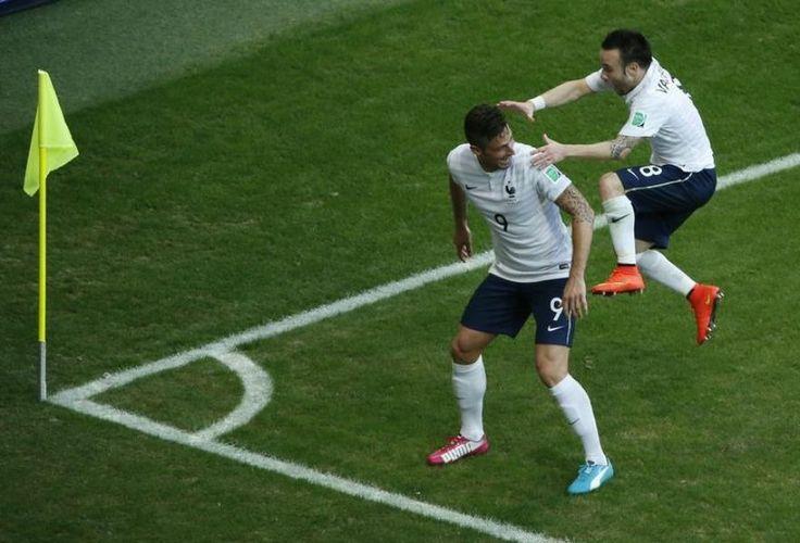 Mathieu Valbuena se précipite sur Olivier Giroud, après avoir marqué un but lors du match Suisse-France, au Fonte Nova Arena de Salvador, le 20 juin.