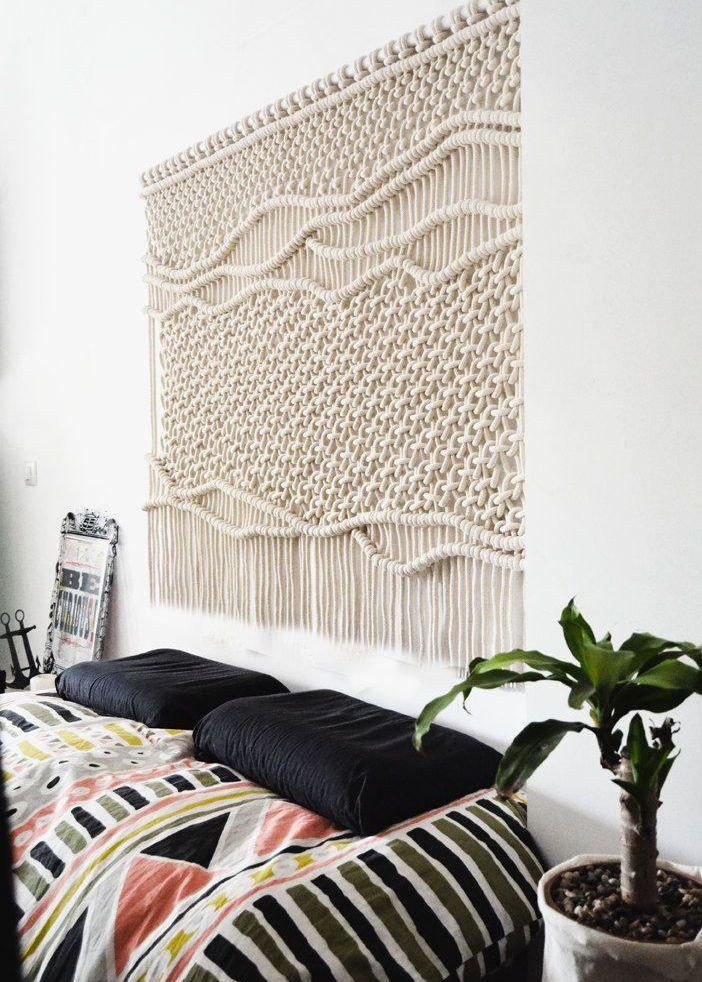 Van macramé, tot tapijten en dun geweven doeken met fotoprints of hippie-achtige patronen. Ze boosten zo je ruimte op.