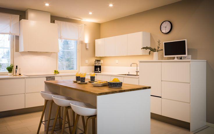 Tunnelmallinen vaalea keittiö saadaan aikaan upealla valaistuksella ja laadukkailla kalusteilla. Suunnittelussa on otettu huomioon asukkaiden tarpeet ja toiveet!