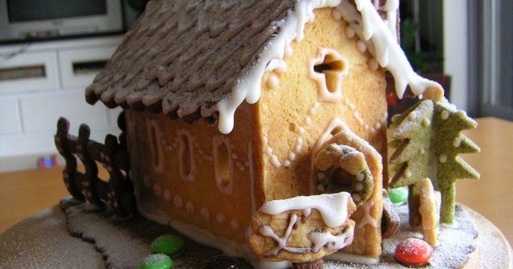 3色のクッキーで毎年クリスマスに作っています。特別な型は使っていません。白い綺麗な紙で型紙を作っておいて、型にします。今年は市販のマーブルチョコも飾ってみました。2~3週間は日持ちするので飾って楽しみ最後に壊して食べちゃいます。