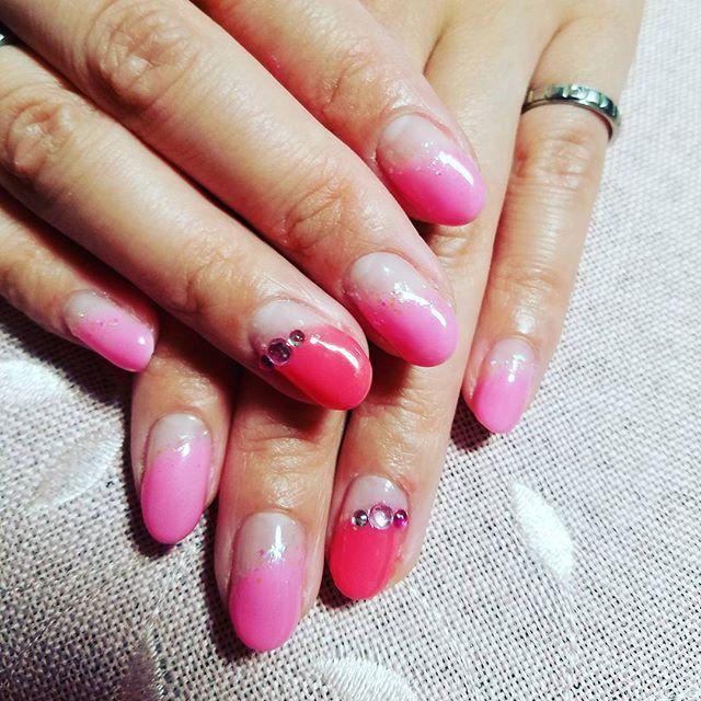 セルフネイル♡ やっぱりピンクはテンションあがる~(*^^*) I♡PINK でも…アートすると二時間かかるっ💦 特に右手に時間がかかる( 。゚Д゚。) #セルフネイル  #シェラック #シェラックネイル #ハイブリッドネイル  #PINK #ピンク大好き #二時間