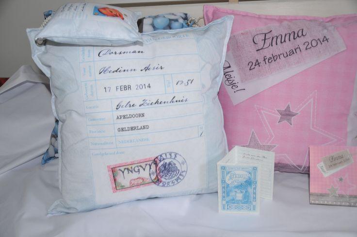 Geboortekussen. Unieke kraamkado gemaakt van het geboortekaartje. Knuffelkussen voorzien van gedicht en persoonlijke tekst. Ontwerp en uitvoering De Textiel Fabriek SDD.
