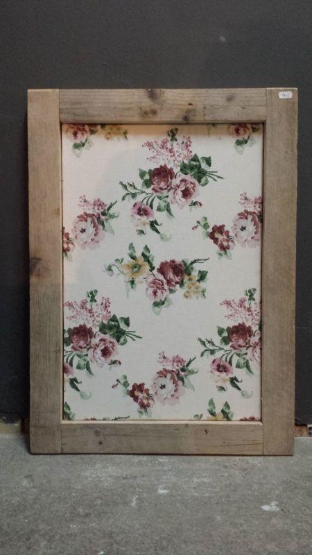 Prikbord met gebloemde stof en steigerhouden lijst. Kleur: roze/groen/wit. Afmeting: 70 x 50 cm. Verkrijgbaar bij De oude woonfabriek!