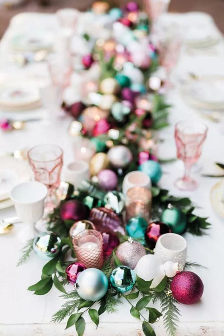 How To Dress Your Christmas Table In Style Christmas Tablescapes Modern Holiday Decor Holiday Tablescapes