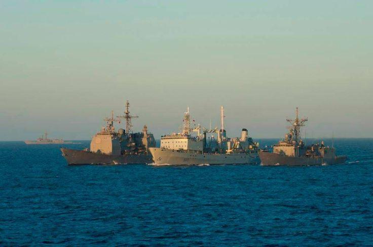Her Majesty's Canadian Ship (HMCS) PROTECTEUR conducts a two-point Replenishment at Sea (RAS) with U.S. Navy ships MOBILE BAY and INGRAHAM.  Le navire canadien de Sa Majesté (NCSM) PROTECTEUR procède au ravitaillement en mer des navires de la marine américaine MOBILE BAY et INGRAHAM.