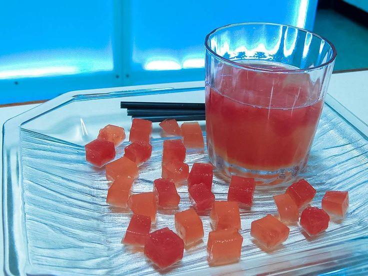 """Licor de #melocotón #amargo de #romero #picante y jarabe de #mandarina y melocotón fueron los ingredientes para este delicioso #Cóctel llamado """"Galipán Frío"""" en @artesculinarias El hielo? Gelatina sin sabor con zumo de patilla y mandarina. Brutal! - - - - - #Bartender #Cocktail #Cocktails #Drink #Cocuy #Licor #Artesanal"""