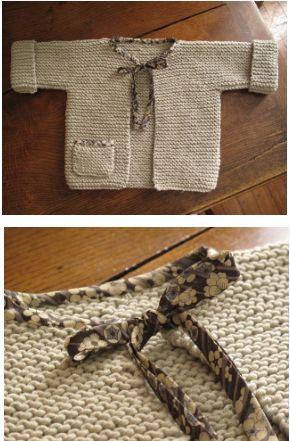 Madame Chouette vous propose le tutoriel gratuit, en français, de ce ravissant petit gilet pour bébé à tricoter au point mousse. Très facile à tricoter, ce gilet comporte des revers et une petite pochette adorable sur le devant.