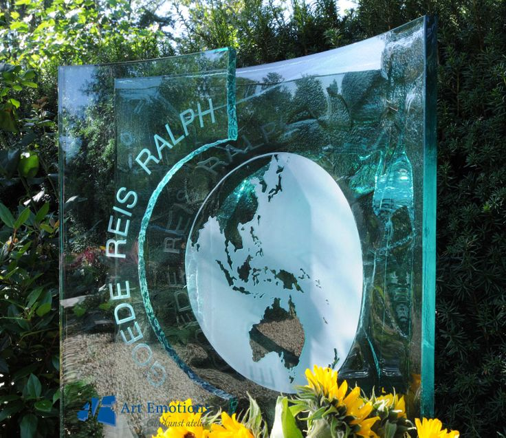 Glazen grafmonument gemaakt door glasatelier Art Emotions, onderdeel van Eijgelaar Natuursteen. Zie ook onze website: http://www.eijgelaar.nl/grafmonumenten/glazen-grafmonumenten