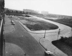 Gezien naar Erasmusgracht, links van brug 322 en Burgemeester van Tienhovengracht,  rechts van de brug; voorgrond links: ingang Ernest Staesstraat