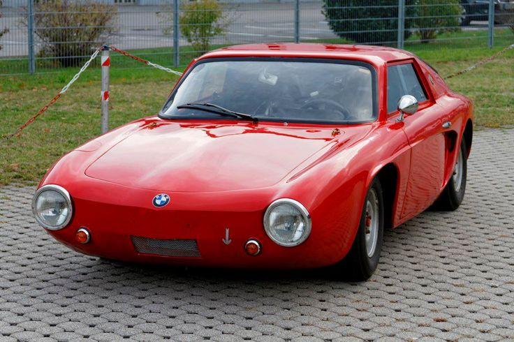 """Martini-BMW 700  Der einzige noch existierende von drei 1962/63 gebauten Autos. Entstanden in der Werkstatt von Willi Martini hinter der alten Tribüne am Nürburgring. Design der Kunststoffkarosserie stammt vom Ford-Designer Uwe Bahnsen, er hat u.a. auch die """"Badewanne"""" entworfen. Alle drei Wagen wurden sehr erfolgreich bei vielen Rennen eingesetzt und Alex von Falkenhausen fuhr das Schwesternauto 1963 am Roßfeld auf den 2. Platz in der Klasse. Dieses Coupe ist von 1963 bis heute im…"""