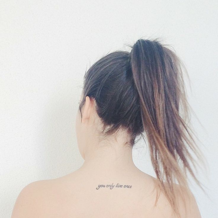 """Pequeño tatuaje que dice 'you only live once', frase en inglés que significa""""sólo se vive una vez"""", en la espalda de on Úrsula Campos."""