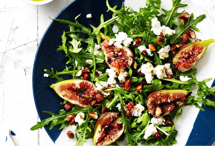 Summer means delicious fruits like figs. Try them out in this beautiful salad with creamy goat's cheese for a beautiful summertime side - perfect at barbecues.