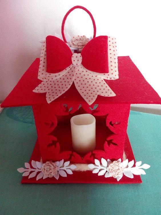 Lindo farol de Navidad hecho a mano, ¡lucen súper bonitos! y son muy fácil de hacer, además están muy de moda y puedes hacerlos con fieltro o foamy (goma EVA). Usalos para decorar o para dar como obsequio. Materiales: Placas de foamy (goma EVA) o Fieltro tecno (es más grueso que el normal) 1 luz …