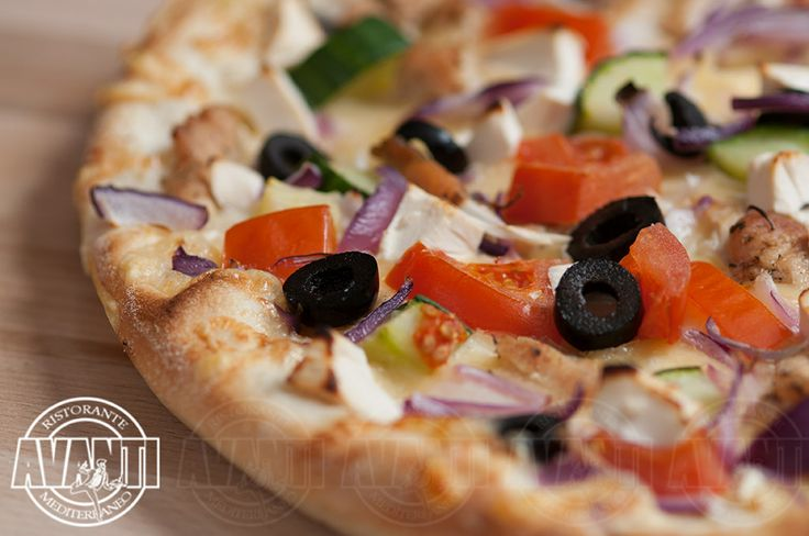 Pizza Greco (Spicy sour cream sauce, cheese, chicken breast, tomato slices, cucumber, purple onion, olives)