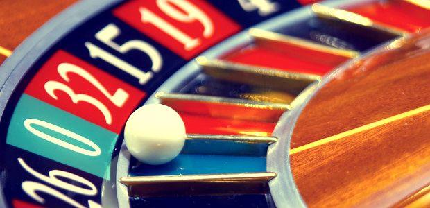 #54 Zawód Krupier. Ustawa Hazardowa prawie zabiła kasyna. Te, które jeszcze funkcjonują z pewnością ztrudniają krupierów:  http://www.careego.pl/3502/krupier-praca-zarobki/
