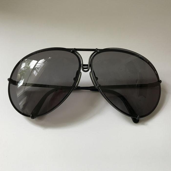 Porsche Carrera - Vintage zonnebril - mannen  Porsche vintage zonnebril met gemakkelijk te verwijderen/vervangen lenzen (origineel niet retro geen remake)Kleur: zwartOpmerking: bevat geen mouw of gevalVoorwaarde: vintage/gebruikt met een paar tekenen van slijtage. Lenzen hebben sommige krasvrij is (zie foto's voor verwijzing)  EUR 50.00  Meer informatie