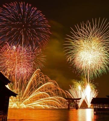 広島県宮島の花火大会の特徴は、水中花火に使われる尺玉の多さ。打ち上げ花火、水中花火が炸裂すると、大鳥居がシルエットのように浮かび上がって観客を魅了。日本花火百選...