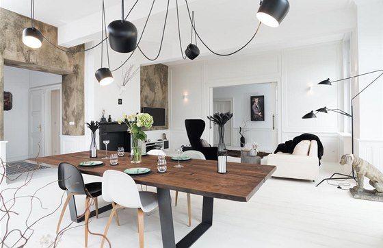 K jídelnímu stolu lze přistavět až deset židlí. Výrazná výmalba na části stěn
