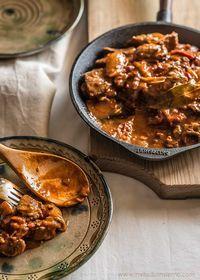 Goulash hungaro - El nombre en húngaro es gulyás (aquí la pronuncieision). El goulash húngaro es un estofado de carne con diversas hortalizas y que se caracteriza por llevar una generosa cantidad de pimentón. Se puede elaborar con cordero, vaca o cerdo, normalmente en trozacos medianos.
