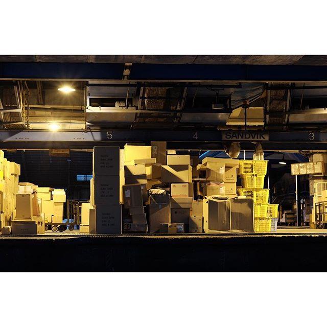 Instagram【takeshi00555】さんの写真をピンしています。 《#光#シルエット  #街撮り#街歩き#街スナップ #街角 #街角スナップ #夜景 #荷捌き #大阪 #osaka #streetview #nightshot #streetview #fujifilm_xseries #xt1 #xf56mm》