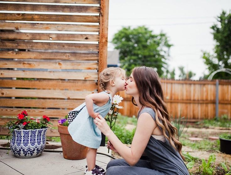 Mommy and me kisses. Mommy and me photography pose ideas // Pinterest @belandbeau