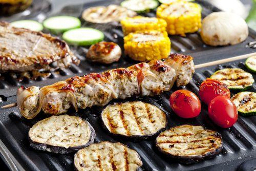 Příprava jídla na čerstvém vzduchu má jedinečné kouzlo a s teplými dny a večery pak obliba venkovního grilování roste. Co si ovšem počít, pokud nepatříte mezi šťastlivce s vlastní zahradou? Žádný problém - grilovat totiž lze i doma v kuchyni!