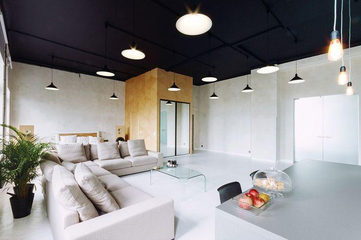 Apartament III Piętro to wymarzona przestrzeń twórczej pracy. Lokal mieszczący się w jednej z kamienic przy ulicy Kredytowej – w samym centrum Warszawy – to przede wszystkim jasne, nowocześnie urządzone przestrzenie. Białe ściany i podłoga zostały ocieplone drewnianymi elementami. Charakteru całości dodająoryginalne czarne sufity.Jest tu miejsce zarówno na wspólną pracę, jak i chwile odpoczynku a wszystko w oszczędnym designie. Apartament świetnie sprawdzi się jako miejsce coworkingu…