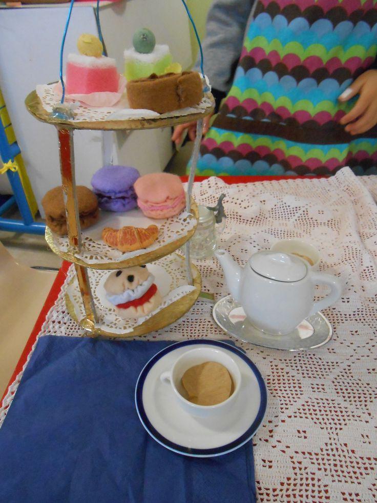 alzatina con pasticceria (scones, macarons, girelle...) e tazza di thè