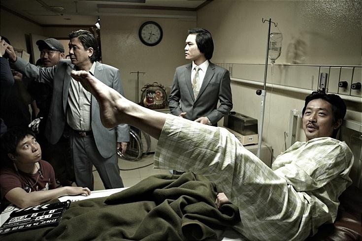'범죄와의 전쟁' 촬영 비하인드 샷  하정우 이 매력덩어리  최민식 연기 괴물  영화의 영어 제목을 몰라 잉그리로 적지 못하겠네...