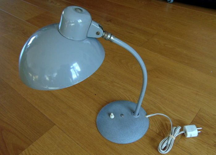SIS - grijze bureaulamp. Approx. 1950 Original and in Nice condition industrial desk lamp from the 1950-60.  Produced by Sis-light gebr. Long & Co from Schweinfurt Germany.  Dimensions: height approx 42 cm, diameter 22 cm, diameter foot hood 18 cm.