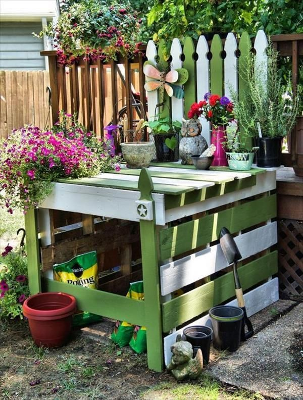 This is the DIY wooden pallet potting tables we used it to have in the veggie lawn, directing plate and also for DIY drain. This DIY Recycled Pallet Potting Table is much possible and accessible that you only need to do some readjustments in delivery pallets forums and you are done!!!