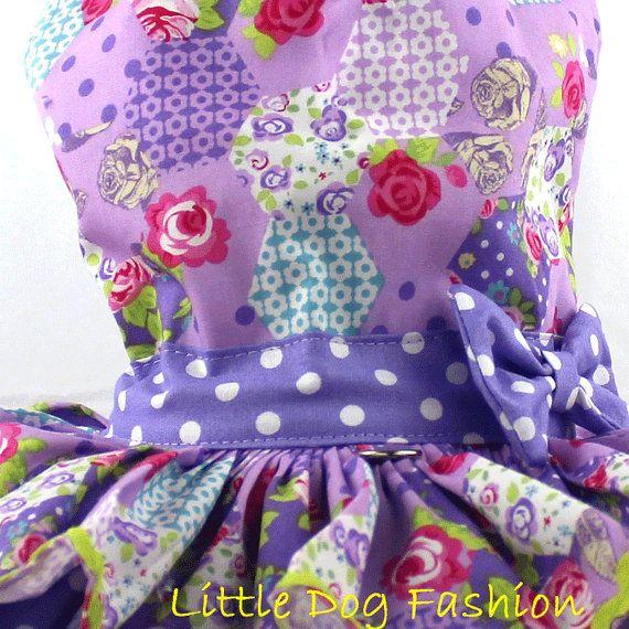 * Moda perro para perro pequeño, hecho a mano * Perro arnés vestido se hace de tela importada de Europa * Costumbre, vestido de perro de verano, ofrece un mosaico femenino rosa de impresión sobre fondo púrpura imprimir * Perro vestido de volantes es acentuado con tela de punto morado
