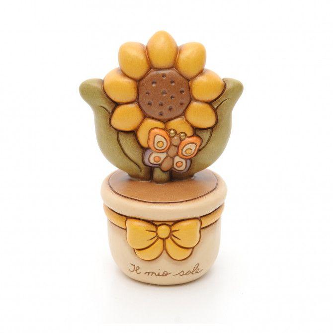 Per una dedica speciale regala alle tue amiche o alla tua mamma il vasetto con girasole in ceramica THUN decorata a mano, un'allegra decorazione per arricchire la casa con originalità.
