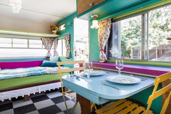 With a full bathroom and kitchen this tiny vintage camper is perfect for a tiny house vacation in Oakland, CA. The caravan is a 1964 Kenskill camper that was originally used as a food truck to deli…