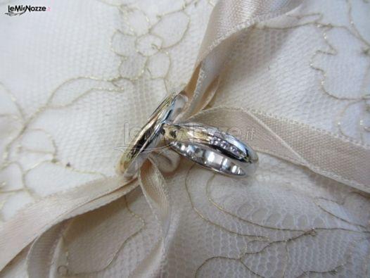 http://www.lemienozze.it/operatori-matrimonio/gioielli/stefano-andolfi/media/foto/1  Fedi nuziali in oro bianco e giallo con diamanti