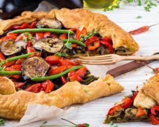 Quiche brûle-graisse aux poivrons marinés, aubergines et haricots verts Croq'Kilos : http://www.fourchette-et-bikini.fr/recettes/recettes-minceur/quiche-brule-graisse-aux-poivrons-marines-aubergines-et-haricots-verts