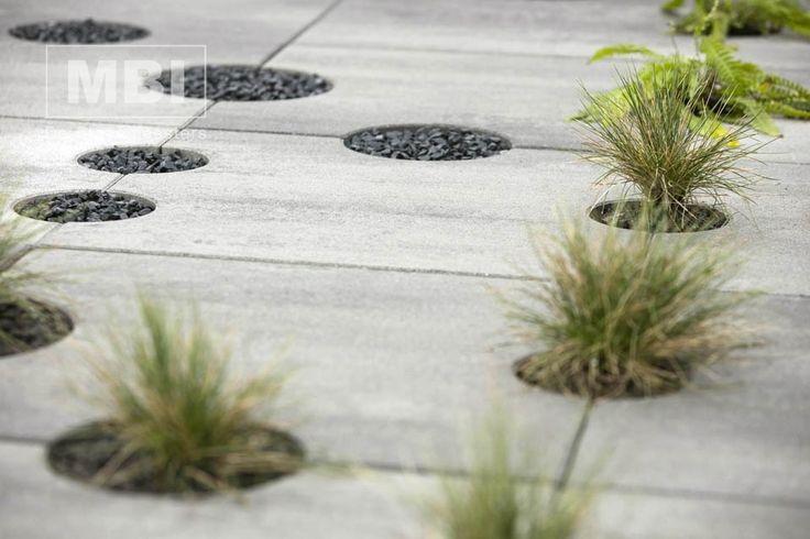 Buitentegel met uitsparingen voor planten #GeoVegetale #MBI #beton
