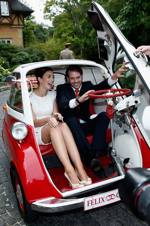 Kuninkaalliset häät luxemburgilaisittain: Aviopari ahtautui kääpiöautoon