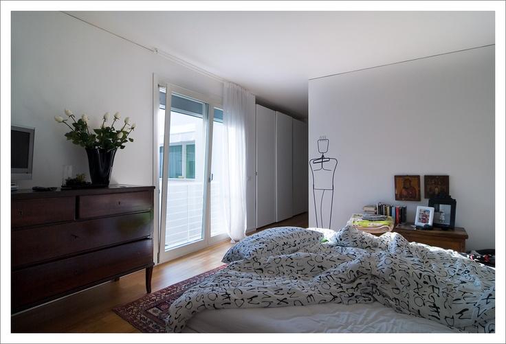 #Portafinestra con anta ribalta per dare luce ed aerazione alla camera da letto - Double #french door for an immersive experiense in the gardens beauty. - www.aldenasite.com