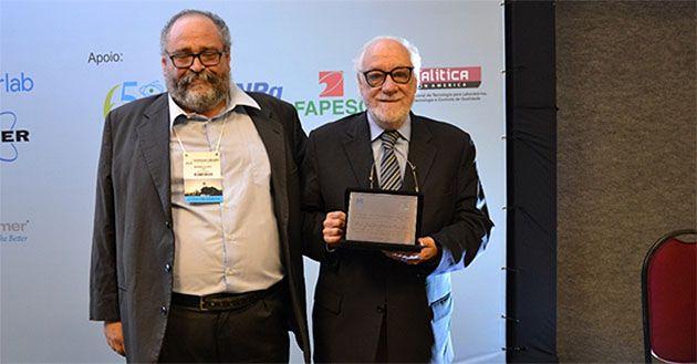 Antigo professor e diretor da Faculdade de Farmácia da U.Porto foi homenageado pela Divisão de Química Analítica da Sociedade Brasileira de Química.