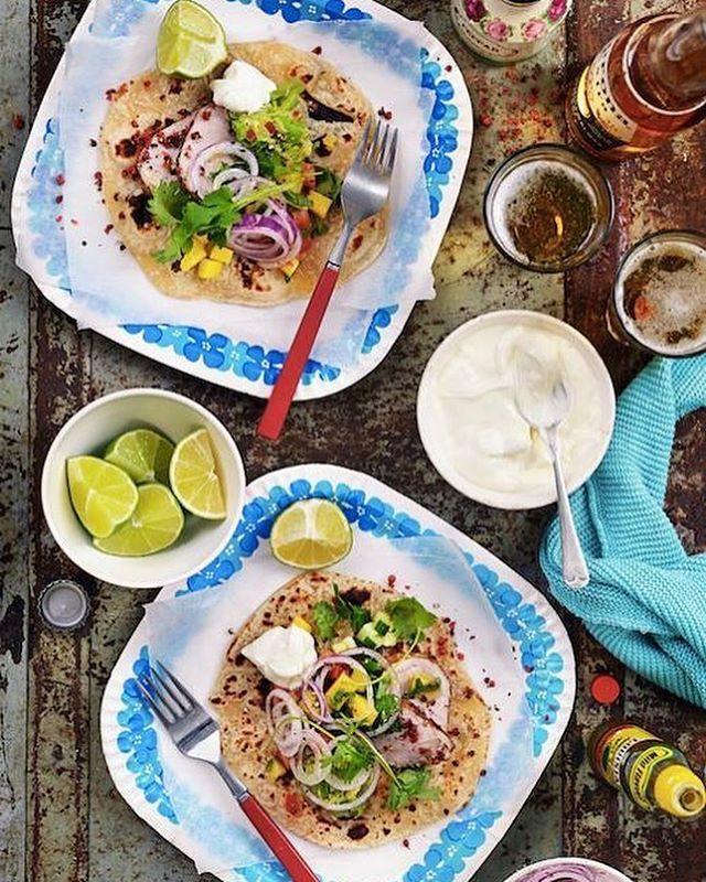 FREDAG 💥🎉😍 Någon mer än vi som ska äta tacos i kväll? ☺️ Här är ett suuupergott recept 💓  500 g fläskfilé 1/2 tsk strösalt 2 msk smör nymalen svartpeppar nymalen vitpeppar nymalen rosépeppar Mangosalsa: 4 portioner 1/2 gurka 2 tomater 1 mild chilipepparfrukt, urkärnad och finhackad 2 dl frysta mangotärningar, tinade 2 msk hackad koriander 1 lime, saften 1-2 krm strösalt nymalen svartpeppar Avokadokräm: 2 mogna avokador färskpressad saft av 1 lime flingsalt nymalen svartpeppar 1-2…